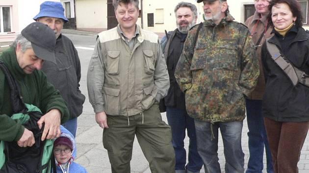 V sobotu 18. dubna ráno ve Velešíně odstartoval 3. ročník Vítání ptačího zpěvu. Skupina milovníků přírody se vydala na zhruba tříkilometrovou dopolední procházku kolem Velešína, na které se zaměřila na poznávání a poslouchání jarního zpěvu ptáků.