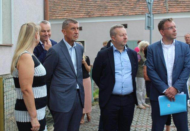 Do školky vNetřebicích přijeli kromě premiéra také ministr životního prostředí Richard Brabec a ministr dopravy Vladimír Kremlík.