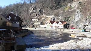 Na šlajsně pod zámkem začal jarní úklid Vltavy