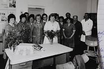 Zaměstnanci Jihostroje kromě práce také příležitostně slavili. Na snímku jsou zaměstnanci střediska v 80. letech při oslavě významného jubilea jedné ze svých kolegyň. To Vlasta Weisfeitová z Velešína slavila své padesátiny.