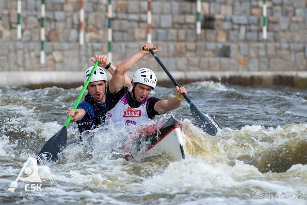 Závodníci českokrumlovského SK Vltava si s nástrahami kanálu v Roudnici poradili velmi dobře, o čemž svědčí řada vybojovaných medailí. Na snímku Antonín Haleš a Martin Novák.