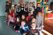 Pilně nacvičovaly své vystoupení starší děti z Mateřské školy U Tří žab Na Vyšehradě v Českém Krumlově. Přichystaly si veselé písničky, aby posluchače rozveselily.