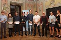 V elitní společnosti nejúspěšnějších sportovců Českokrumlovska za rok 2017 jsou zástupci pěti sportovních odvětví – (zleva): Kratochvíl, Milová, Švejda, Sluka, Dudák, Haleš, Novák, K. Paloudová a A. Paloudová.