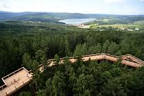 Procházku stezkou v korunách stromů na Kramolíně je možné zakončit sjezdem nejdelšího suchého tobogánu v Česku.