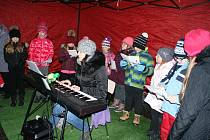 Zpívání u vánočního stromu v Dolním Třeboníně.