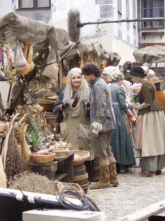 Gabriela Vránová v roli kořenářky a Filip Cíl coby Vítek při natáčení pohádky Tři životy v českokrumlovské ulici Parkán.