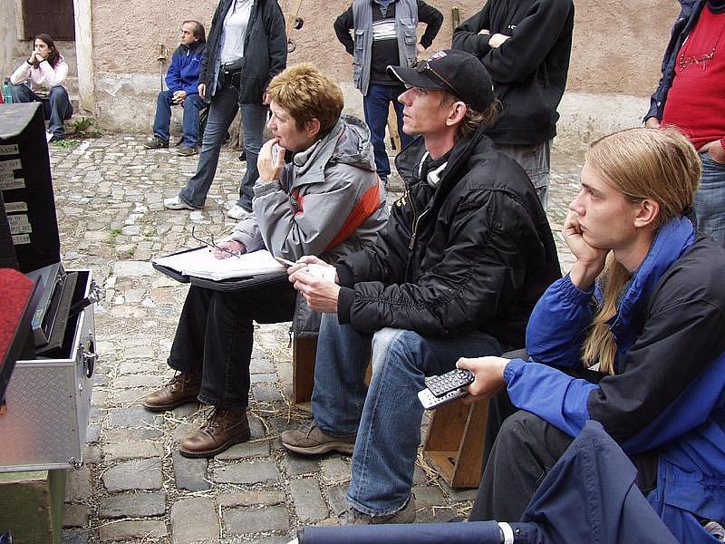 Režisér Jiří Strach (s čepicí na hlavě) při natáčení pohádky Tři životy v českokrumlovské ulici Parkán.