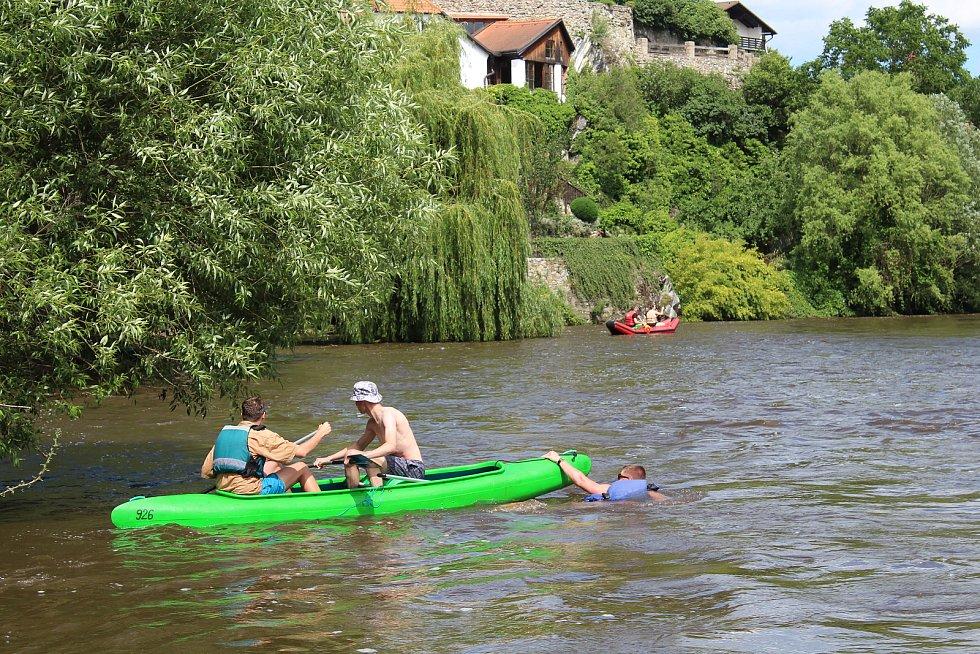 Vysoký stav vody ve Vltavě v Českém Krumlově (kolem 150 cm a průtok téměř 40 kubíků za vteřinu) na začátku července 2020 je zrádný.
