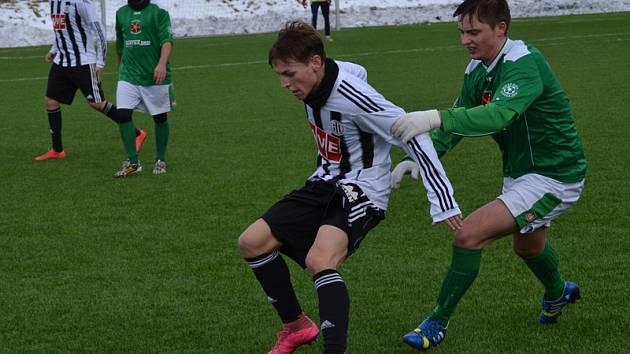 Střídající krumlovský mladík Jakub Rozkošný (vpravo, na snímku v souboji s domácím Krejčím) si v 58. minutě naběhl na přesný centr Nováka a pěknou střelou bez přípravy upravil na průběžných 1:1.