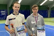 Finalisté dvouhry chlapců – (zleva) vítězný Martin Minárik z krumlovského LTC a stříbrný Filip Jakub Reiter z LTC ČB.