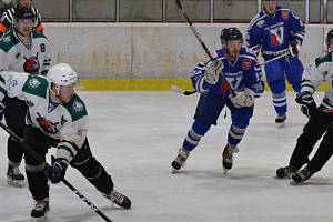 HC Slavoj Český Krumlov (bílé dresy) – HC Vimperk. Ilustrační foto.