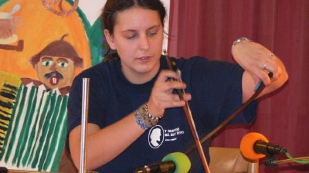 Eva Kadlecová překvapila zajímavou hrou na pilu.