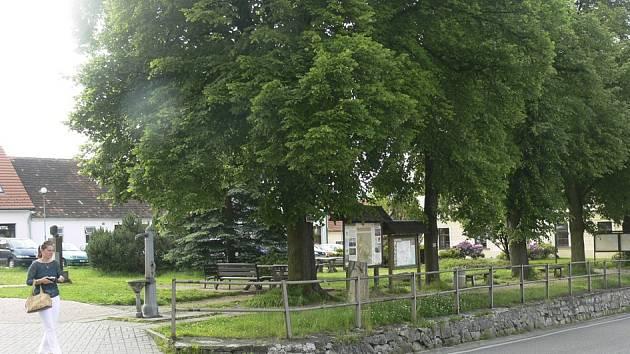 Park v centru Křemže, kde se rádi scházejí mladí lidé.