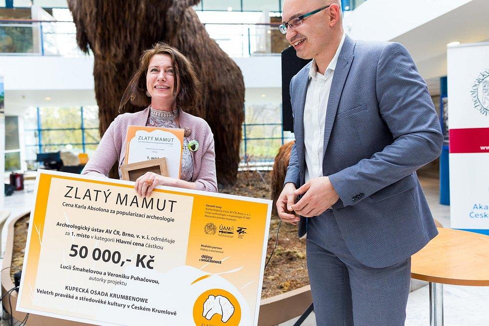 Lucie Šmahelová, archeoložka českokrumlovského Regionálního muzea, si v brněnském Anthroposu převzala cenu Zlatého mamuta.