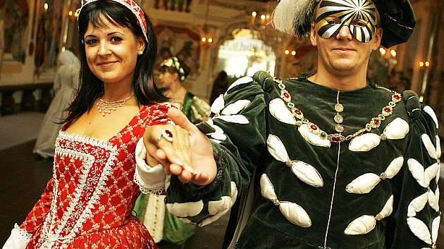 Čtvrtý historický maškarní ples Incognito se konal v sobotu večer v Maškarním sále státního zámku Český Krumlov.