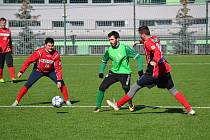 Vítězný gól dal z penalty krumlovský kapitán Václav Novák (v zeleném, na snímku z předchozí přípravy s jiným zástupcem I.A třídy z Prachatic).