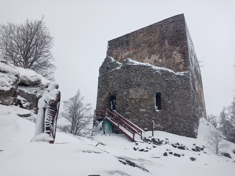 Sníh v neděli 14. března zasypal celý Vítkův hrádek.
