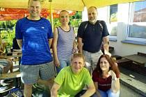 Domácí družstvo krumlovských badmintonistů hrálo při třetím kole ve složení Parkos, Václavíková, Černý a Dolejšová (vpravo nahoře zraněný Kotyza).