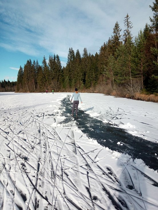Parta bruslařů z Krumlova vyrazila na brusle na Pohořský rybník. V sobotu 5. prosince si prohrnuli dráhu.