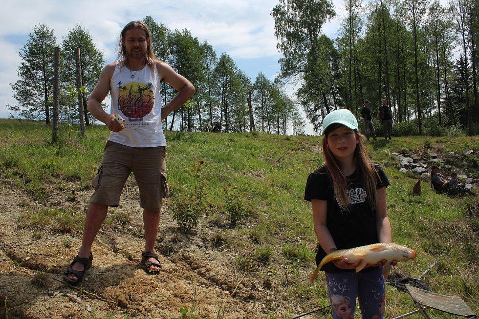 Dětská rybářská soutěž na Rožnovském rybníce u Hubenova.
