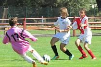 Starší žáci kaplického Spartaku při domácí premiéře přesvědčivě poměrem 7:0 zdolali budějovickou Slávii, i když z této šance Pavel Pöschko (uprostřed u míče) neskóroval.