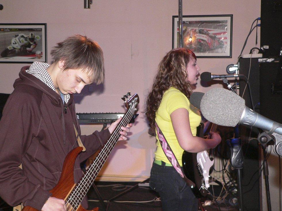 Nejprve začínaly hrát nejmladší kapely. Například vyšebrodská skupina Flikit.