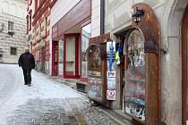 Podobu stojanů se zbožím, cedulí a dalších poutačů před obchody v historickém centru budou nově schvalovat radní města.