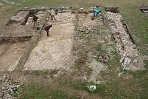 Pozůstatky středověkých zdí, které při svém bádání v areálu tvrziště v Tiché odkryli archeologové. Zatím není jasné, zda tyto nálezy zůstanou natrvalo na odiv návštěvníkům památky.