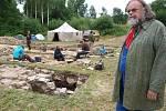 Profesor Tomáš Durdík z Archeologického ústavu Akademie věd ČR (v popředí) letošní výzkum na tvrzi v Tiché vedl.
