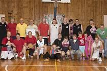 Společné foto kaplických basketbalistů po tradičním turnaji čtvrtí, na kterém zástupci všech věkových kategorií napsali vydařenou tečku za dobrou sezonou.