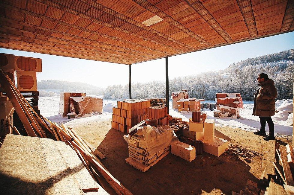Český soběstačný dům vyrostl u Kyselova na Vyšebrodsku, asi 400 metrů od lipenského skiareálu.