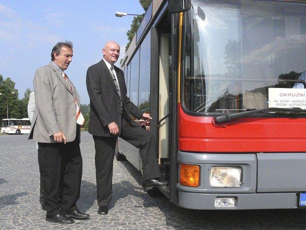 Nízkopodlažní autobus testuje starosta Č. Krumlova Luboš Jedlička.