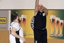 Velezkušený kaplický basketbalista Jiří Hejný (vpravo) nezapomněl nic ze svého umění. V této chvíli střílí trojku poté, co obral o míč pelhřimovského Ivoše Rizáka (vlevo).