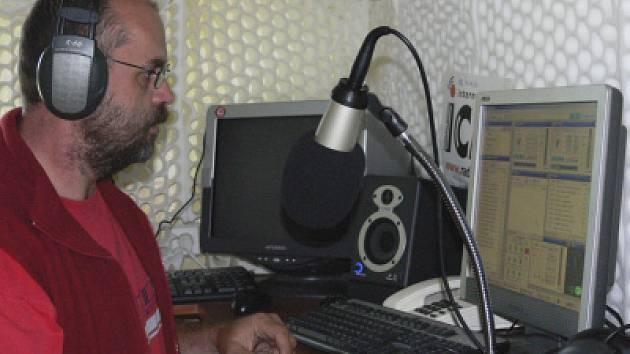 Ředitel Centra pro pomoc dětem a mládeži za mikrofonem internetového rádia.