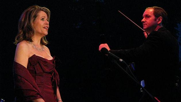 Hlavní hvězdou Mezinárodního hudebního festivalu Český Krumlov je Renée Fleming (na smínku během koncertu v Pivovarských zahradách).