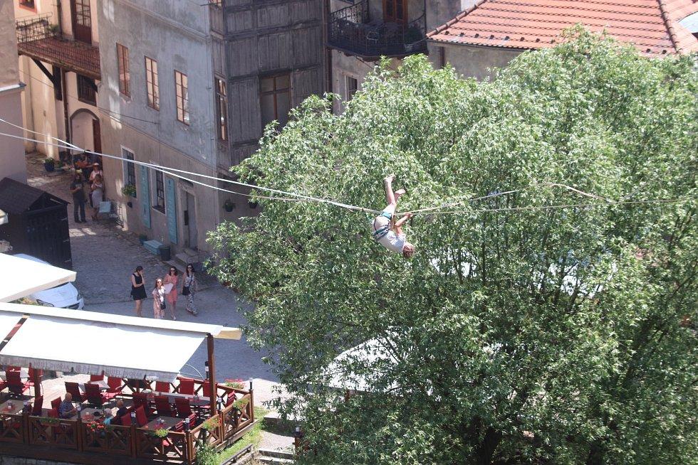 Slack show v Českém Krumlově - akrobatické přechody artistů na laně.