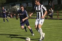K obratu zavelel zkušený Pavel Pulec (u míče), který ve 20. minutě vyrovnával na průběžných 1:1.