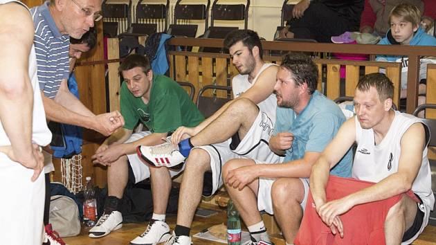 Trenér kaplických basketbalistů Václav Blažek udílí při time outu pokyny svým svěřencům (zleva: Pavel Milsimer, Michal Mladý, Petr Novotný a Roman Adámek).