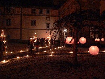 Barokní aranžmá a dobové osvětlení noční zahrady.