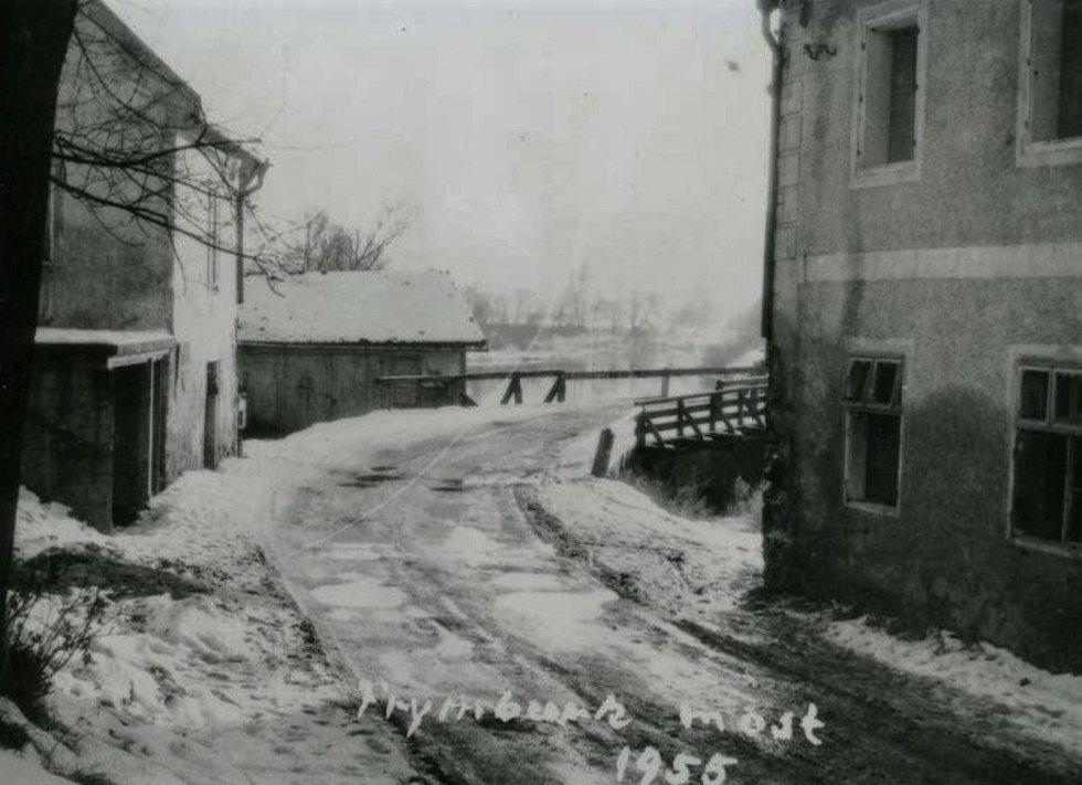 Frymburský most přes Vltavu v roce 1955.