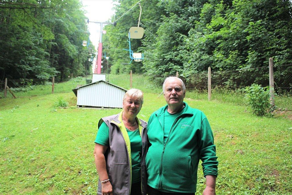 Lanová dráha na Kleti slaví šedesát let. Na dolní stanici lanovky jsme v práci zastihli vedoucího Jana Soukupa a pracovnici Janu Vobrovou.