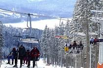 Takováto sněhová nadílka čeká na lyžaře na kramolínských svazích nad lipenskou přehradou. To je výhoda technického zasněžování. Když při oblevě sníh taje, tak nejdříve ten přírodní.