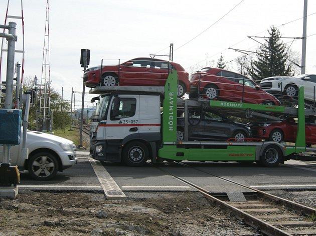 Železniční přejezd v Kaplici Nádraží je jako nový.
