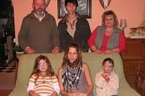 Manželé Vladimír a Zlatuše Hricákovi z Meziříčí u Malont se svými dětmi, které si vzali do pěstounské péče: Nikolasem (16), Pamelou (15), Barborou (7) a Josefem (5).
