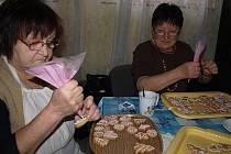 Tak jako každý rok, i letos pekli senioři v českokrumlovském klubu Rozvoj perníčky pro dobrou věc.