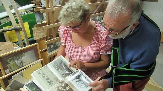 Ema Kondysková a Helmut Nodes v archivu v rakouském Aigenu.