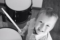 Čtyřletý Adam Koubek půjde se souborem bubeníků v průvodu.