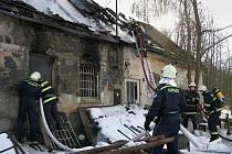 Plameny zachvátily kamenný domek v Bukovsku poblíž Malont.