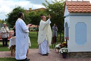 Mše svatá se konala ve středu pod širým nebem na zahradě Domova důchodců v Horní Plané.