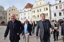 Armádní generál Josef Bečvář (vpravo) a generál rakouské armády Othmar Commenda (uprostřed) se jako místo svého posledního setkání ve funkci před odchodem do výslužby vybrali Český Krumlov. Po městě je provedl českokrumlovský průvodce Stanislav Jungwirth.